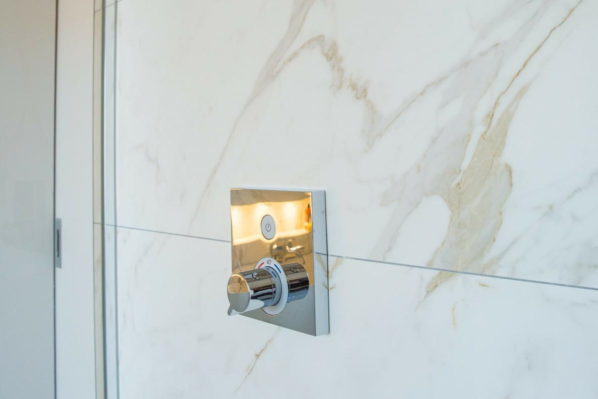 Badkamer renovatie met marmeren afwerking door tegels delaere