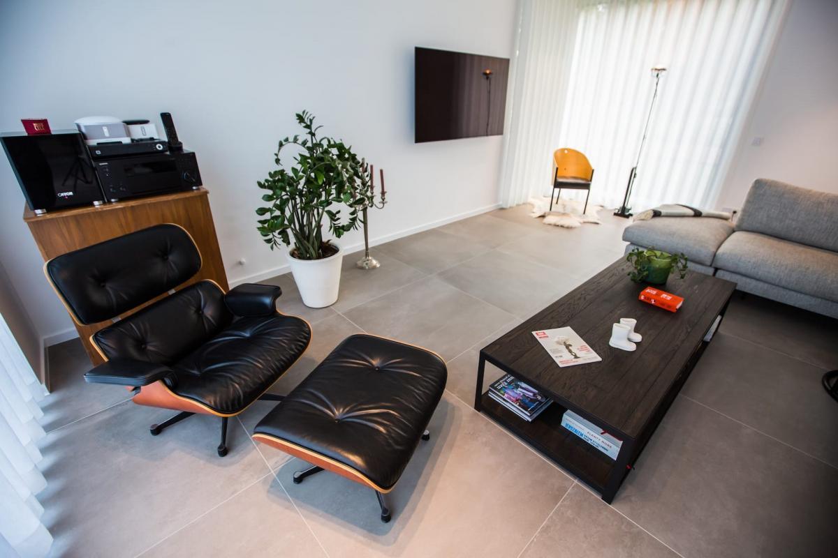 Vloeren in woonkamer nieuwbouwwoning formaat 90 x 90 door tegels delaere